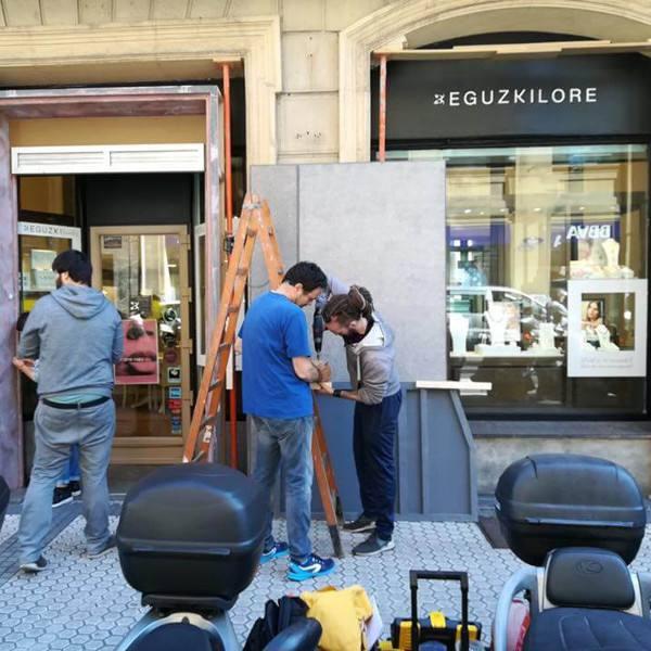 imagen noticia: Montaje de las fachadas de EGUZKILORE y ÓLEO MODA